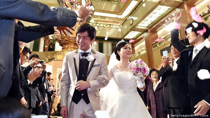 इस देश में शादी करने पर सरकार दे रही लाखों रूपए!